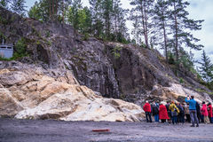 Russland, Karelien, Lahdenpohja, im August 2016: Touristen nahe dem Militärmuseum Berg Filin Lizenzfreie Stockbilder