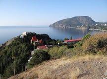 Russland. Krim. Ansicht vom Dorf auf der Klippensanatorium Täuschung, Kap Plaka und dem südöstlichen Teil des Ayu-Dag (Bär MO lizenzfreie stockfotos