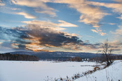 Russland-Landschaft - Dorf - Sonnenuntergang Stockbild
