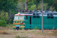 Russland, Merzhanovo: Am 22. August 2018: Lokomotive elektrisch mit einem Güterzug an den Hochgeschwindigkeitsfahrten durch Schie stockbilder