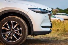 Russland, Merzhanovo: Am 22. August 2018: Vorderseiteaußenfragment der zweiter Generation von Passagier Mazdas CX-9 7 Ansicht SUV lizenzfreie stockfotografie