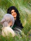 Russland, Merzhanovo, am 21. Mai 2018: Schießensitzung von cosplay zwei schönen Mädchen der Fantasie in der Natur stockbilder