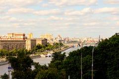 06/12/2015 Russland Moskau Ansicht des Dammes des Moskaus Lizenzfreie Stockbilder