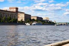 06/12/2015 Russland Moskau Ansicht des Dammes des Moskaus Lizenzfreie Stockfotos