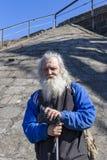 Russland, Moskau, am 14. April 2018, Großvater mit einem Stock und ein langer grauer Bart, redaktionell stockfoto