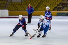 RUSSLAND, MOSKAU - 20. APRIL 2015: Trainingsmatch Vympel-Dynamo, die Hockey-Liga der Kinder gekrümmt, Russland stockbilder