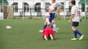 Russland - Moskau, am 25. August 2018: Laufende Fußball-Fußball-Spieler Fußballspieler, die Fußballspielspiel treten Junger Fußba stock video