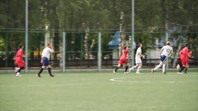 Russland - Moskau, am 25. August 2018: Laufende Fußball-Fußball-Spieler Fußballspieler, die Fußballspielspiel treten Junger Fußba stockbild