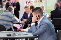 03142019 Russland, Moskau Ausstellungs-moderne Bäckerei Moskau, Expocentre Leute verhandeln lizenzfreies stockfoto