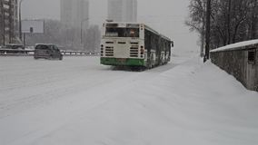 Russland, Moskau - 4. Februar 2018 Autofahren entlang schneebedeckte Landstraße in Moskau stock video
