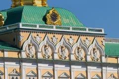 Russland, Moskau, großartiger der Kreml-Palast, Uhr, Flagge und zwei-köpfiges Stockfotos