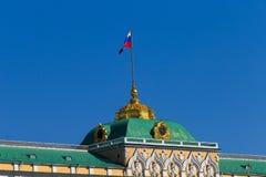 Russland, Moskau, großartiger der Kreml-Palast, Uhr, Flagge und zwei-köpfiges Lizenzfreie Stockbilder