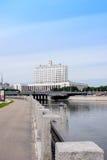 RUSSLAND, MOSKAU - 30. Juni 2017: Ansicht über den Fluss zum Regierungs-Haus der Russischen Föderation mit einem schönen blauen H Lizenzfreies Stockbild