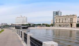 RUSSLAND, MOSKAU - 30. Juni 2017: Ansicht über den Fluss zum Regierungs-Haus der Russischen Föderation mit einem schönen blauen H Stockfotografie