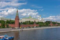 RUSSLAND, MOSKAU, AM 8. JUNI 2017: Ansicht von Dämmen, der Kreml ragt in Moskau hoch Stockfotos