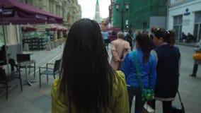 RUSSLAND, MOSKAU - 23. Juni 2017: Geschäftsfrau, die in die Stadt und im Lachen geht Viele Leute, Touristen, die bei einem Nikols stock video footage