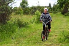 Russland, Moskau am 10. Juni 2018 Großmutter auf einem Fahrrad im Dorf, redaktionell lizenzfreie stockbilder