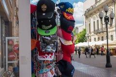 RUSSLAND, MOSKAU, AM 7. JUNI 2017: Russischer Geschenk- und Andenkenshop auf berühmter Arbat-Straße Lizenzfreies Stockbild