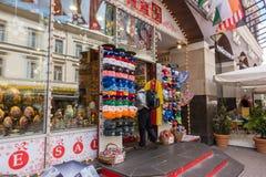 RUSSLAND, MOSKAU, AM 7. JUNI 2017: Russischer Geschenk- und Andenkenshop auf berühmter Arbat-Straße Lizenzfreies Stockfoto