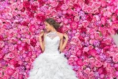 RUSSLAND, MOSKAU - 29. MAI 2016: Fotoereignis mit schönem Mode-Modell im Bild der Braut auf einem Hintergrund Stockfotografie