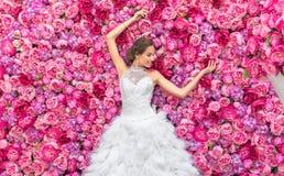 RUSSLAND, MOSKAU - 29. MAI 2016: Fotoereignis mit schönem Mode-Modell im Bild der Braut auf einem Hintergrund Lizenzfreie Stockfotografie