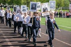 Russland Moskau, Mai, 07 18: Spezielle Schulkindprozession des unsterblichen Regiments, Militärzustandspropaganda für russische K Stockbilder