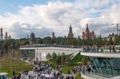 RUSSLAND, MOSKAU - 16. SEPTEMBER 2017: Moskau der Kreml und St.-Basilikum ` s Kathedralenansicht und neue Poryachiy-Brücke im neu Lizenzfreie Stockbilder