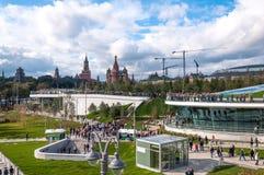 RUSSLAND, MOSKAU - 16. SEPTEMBER 2017: Moskau der Kreml und St.-Basilikum ` s Kathedralenansicht und neue Poryachiy-Brücke im neu Lizenzfreie Stockfotografie
