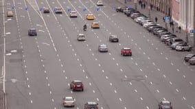 RUSSLAND, MOSKAU - SEPTEMBER, 25, 2016 Mehrfache Wegeinbahnstraße im Stadtzentrum Stadtverkehr, nachlässiges Fahren stock video footage