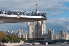 RUSSLAND, MOSKAU - 16. SEPTEMBER 2017: Neue Brücke über Moskva-Fluss Poryachiy-Brücke in Zaryadye-Park in Moskau in Russland Lizenzfreie Stockfotos