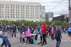 Russland, Murmansk - 24. Juni 2018: Feier des Tages von Jugend von Russland, das Mädchen beginnt Seifenblasen stockbilder