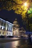 Russland Nachtstraße im Stadtzentrum und im St. Isaac Isaakievsky Cathedral in St Petersburg Lizenzfreies Stockfoto