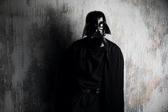 Russland, Nizhni Novgorod - 4. Februar 2019: Mann in einem Kostüm Darth Vader Star Wars Sturzhelm der Kostümreplik Darth Vader stockbild