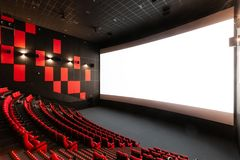 Russland, Nizhny Novgorod - 14. November 2016: Kino Imperia Grez Nebo, Dolbyatmos Leere rote Kinohallensitze stockfoto