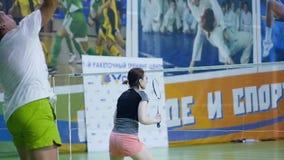 Russland, Nowosibirsk, am 29. Dezember 2018 Athleten bilden in den Innenfederballplätzen aus stock video