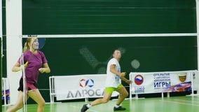 Russland, Nowosibirsk, am 29. Dezember 2018 Athleten bilden in den Innenfederballplätzen aus stock video footage