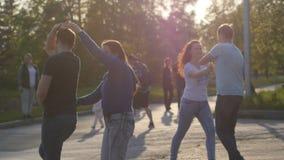 Russland, Nowosibirsk, 21 kann 2017 Stadt-Festivalleute genießen, in den Park auf Sommerzeit während des schönen Sonnenuntergangs Lizenzfreie Stockfotos