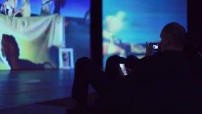 Russland, Nowosibirsk, am 13. November 2015 Art Exhibition durch Dali Undefinded-Mann macht Foto von seinem Smartphone stock video footage