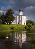 Russland Reise zu Suzdal Die Kirche der Fürbitte auf dem Nerl Alte russische Architektur stockbilder