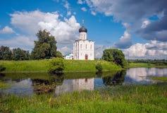 Russland Reise zu Suzdal Die Kirche der Fürbitte auf dem Nerl Alte russische Architektur stockfotografie