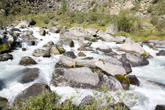 Russland, Republik von Altai Sehr schöne Bilder der Natur in Altai-Hoch Schnee-bedeckten Berge, schnelle, laute Gebirgsflüsse, be lizenzfreie stockfotos