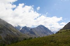 Russland, Republik von Altai Sehr schöne Bilder der Natur in Altai-Hoch Schnee-bedeckten Berge, schnelle, laute Gebirgsflüsse, be stockbilder