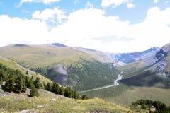 Russland, Republik von Altai Sehr schöne Bilder der Natur in Altai-Hoch Schnee-bedeckten Berge, schnelle, laute Gebirgsflüsse, be Lizenzfreies Stockbild
