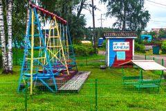 Russland, Republik von Karelien, im August 2016: Alter Sowjet schwingt in den Vororten lizenzfreie stockfotografie