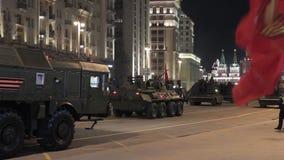 Russland, Russland - 3. Mai 2017: Russische Militärfahrzeuge während der Nachtwiederholung von Moskau Victory Parade stock video