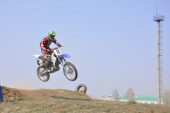 Russland, Samara Motocroßmitfahrer springen Lizenzfreie Stockbilder