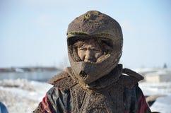 Russland, Samara.MX Jüngeres steht in einem schmutzigen Sturzhelm Stockbild