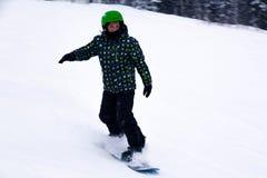 Russland, Sheregesh 2018 11 18 Kinderskifahrer in der hellen Sportkleidung stockbild