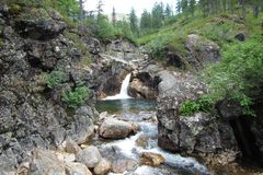 Russland-Spitze Cherskogo-Wasserfall Stockfotografie