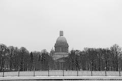Russland, St Petersburg, Ansicht von ` s St. Isaac Kathedrale während des Blizzards Stockbild